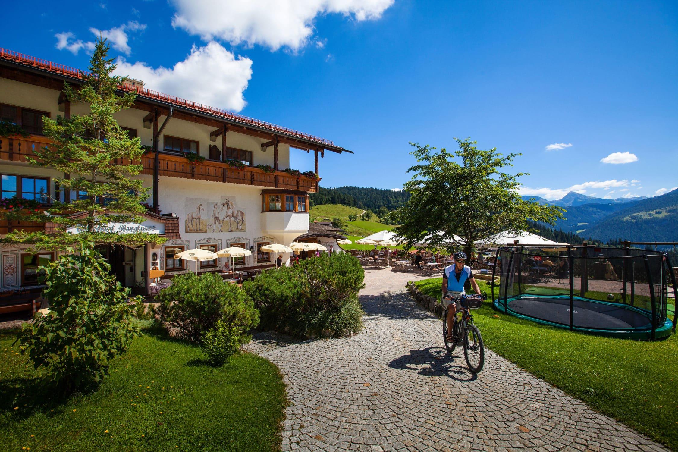 Radfahrer vorm Hotel Gasthof Nutzkaser, Sommeraktivität