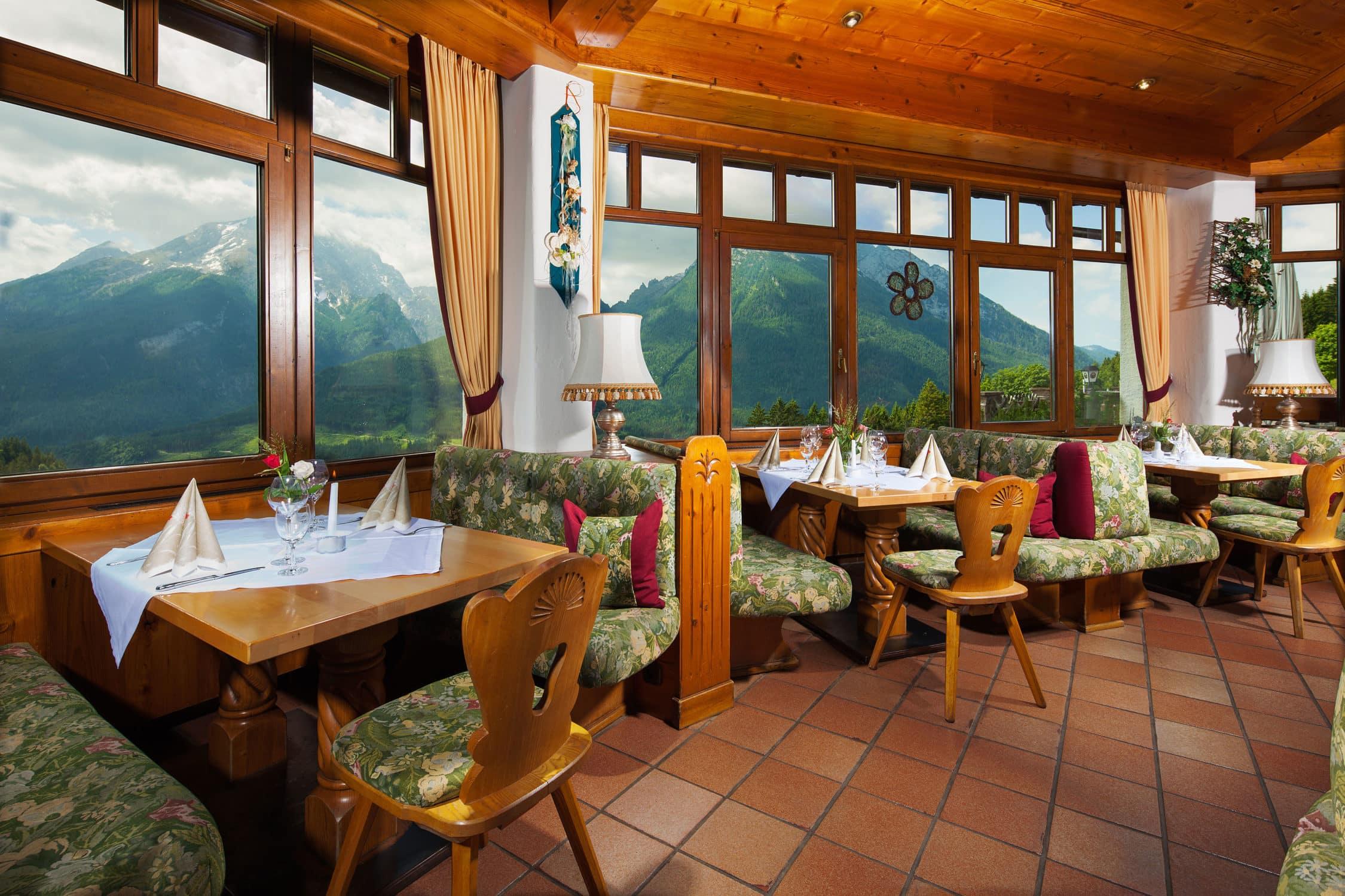 Panoramarestaurant Hotel Gasthof Nutzkaser mit Ausblick auf die Berchtesgadener Alpen