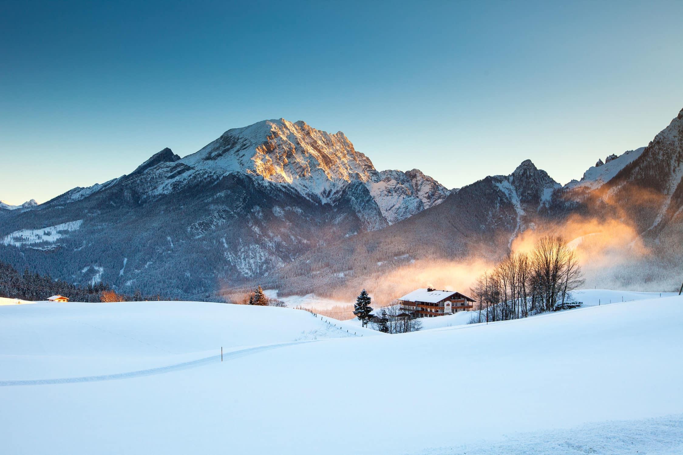 Winteraufnahme vom Hotel Gasthof Nutzkaser inmitten den Berchtesgadener Alpen
