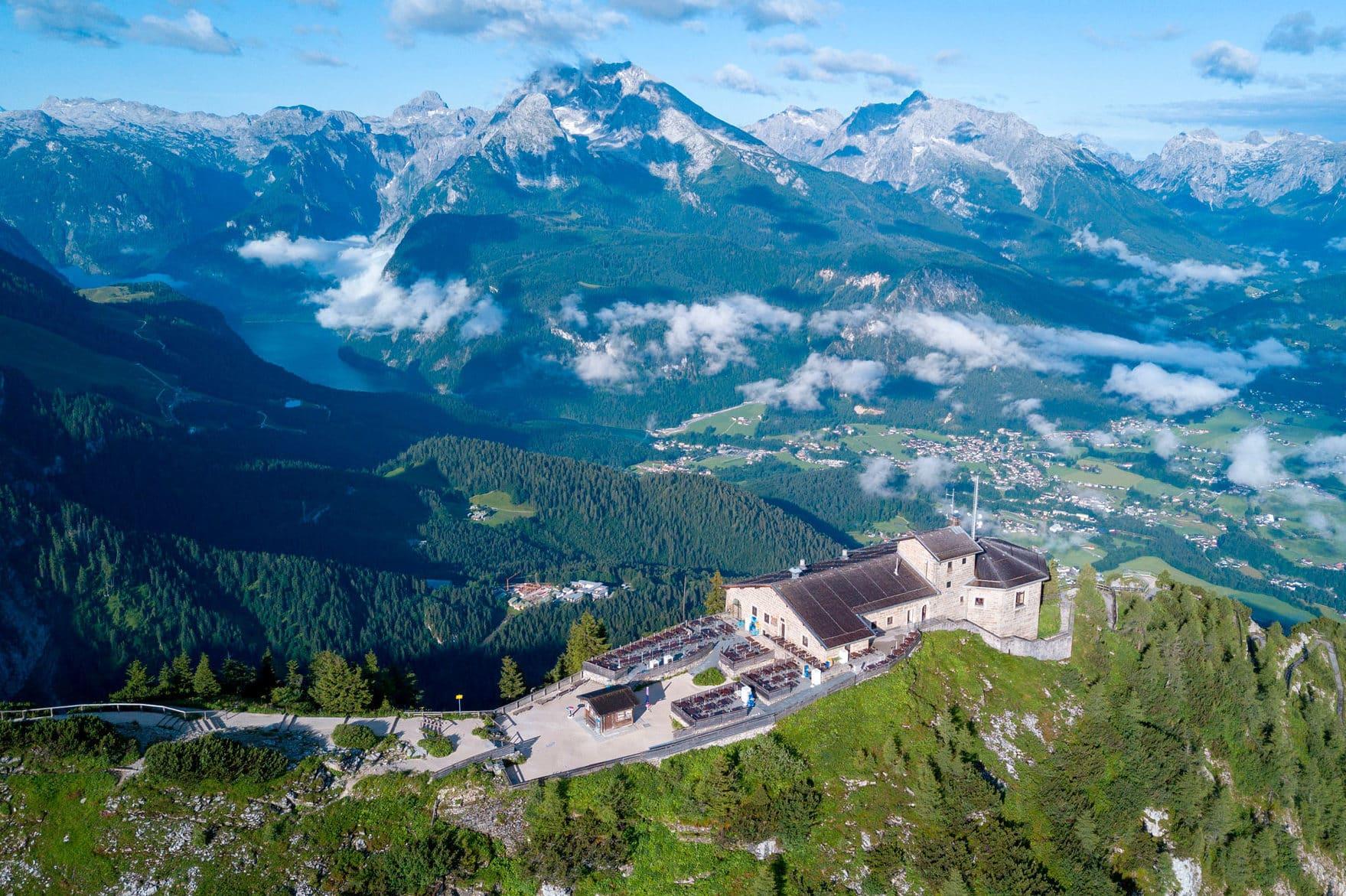Das Kehlsteinhaus liegt, einem Adlernest gleich, über dem Berchtesgadener Land und bietet eine atemberaubende Aussicht über den Landkreis